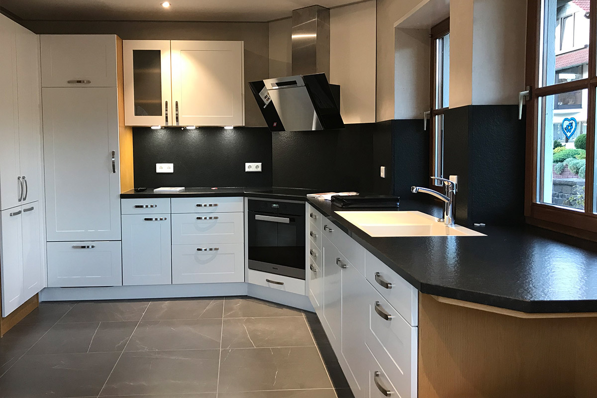 Modernisierte weiße Küche vom Küchenstudio WEKUmat bei Offenbach