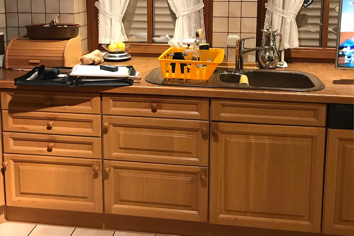 Eine alte Küche aus Holz vor der Küchenmodernisierung durch WEKUmat