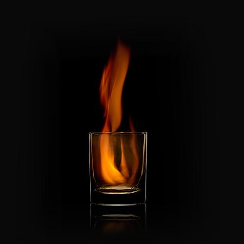 Glas mit Feuer im Inneren